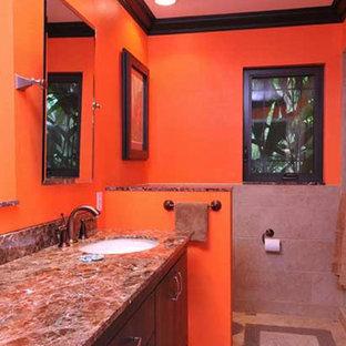 Immagine di una stanza da bagno con doccia classica di medie dimensioni con ante lisce, ante in legno bruno, doccia alcova, pareti arancioni, pavimento in travertino, lavabo sottopiano, pavimento multicolore e porta doccia scorrevole