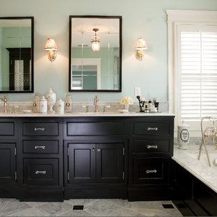 Создайте стильный интерьер: большая главная ванная комната в классическом стиле с фасадами с утопленной филенкой, черными фасадами, полновстраиваемой ванной, серой плиткой, синими стенами, полом из керамической плитки, врезной раковиной, столешницей из гранита, угловым душем, плиткой мозаикой, серым полом и душем с распашными дверями - последний тренд