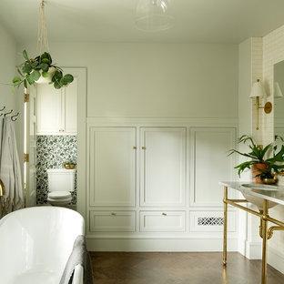 Diseño de cuarto de baño principal, clásico renovado, de tamaño medio, con bañera exenta, baldosas y/o azulejos blancos, baldosas y/o azulejos de cemento, paredes grises, suelo de madera oscura, lavabo bajoencimera, suelo marrón y encimera de mármol