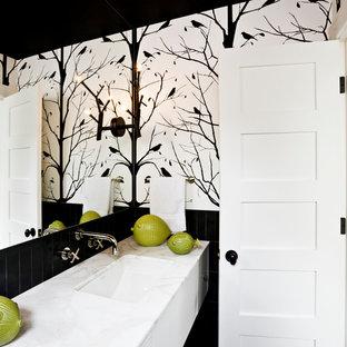 Esempio di una stanza da bagno minimal con top in marmo e pareti nere