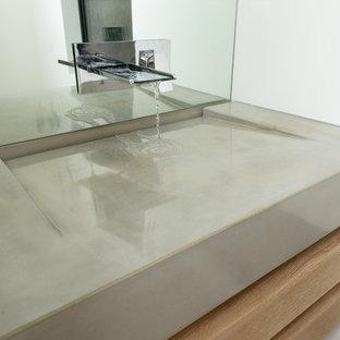 Immagine di una stanza da bagno con doccia moderna di medie dimensioni con top in cemento
