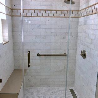 Kleines Klassisches Duschbad mit Kassettenfronten, hellen Holzschränken, Duschnische, blauen Fliesen, Terrakottafliesen, Mosaik-Bodenfliesen, Quarzwerkstein-Waschtisch, Falttür-Duschabtrennung und weißer Waschtischplatte in San Francisco