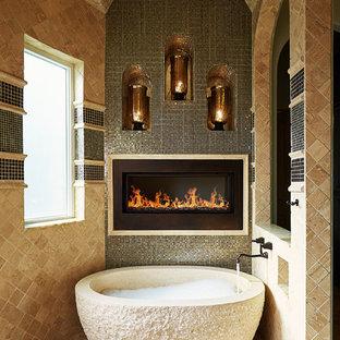 Foto di un'ampia stanza da bagno padronale chic con vasca freestanding, doccia aperta, piastrelle nere, piastrelle a specchio, pareti beige, pavimento con piastrelle di ciottoli e pavimento beige