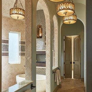 Idee per un'ampia stanza da bagno padronale chic con vasca freestanding, doccia aperta, piastrelle nere, piastrelle a specchio, pareti verdi, pavimento con piastrelle di ciottoli e pavimento beige