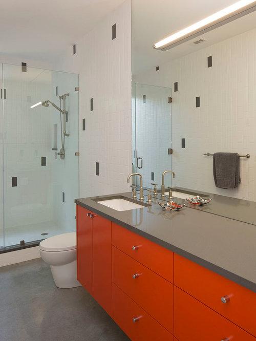 badezimmer mit roten schränken und betonboden: design-ideen, Hause ideen