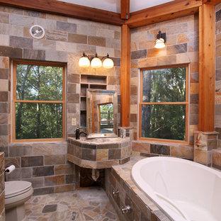 Rustikales Badezimmer mit Einbaubadewanne, Toilette mit Aufsatzspülkasten, Steinfliesen und integriertem Waschbecken in Boston