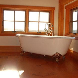 Ejemplo de cuarto de baño principal, tradicional, grande, con bañera con patas, baldosas y/o azulejos blancos, baldosas y/o azulejos de porcelana, paredes blancas y suelo de madera en tonos medios