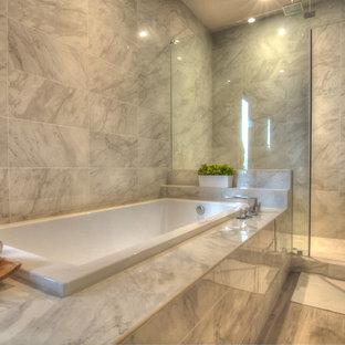 Idéer för stora funkis en-suite badrum, med släta luckor, vita skåp, ett hörnbadkar, en dusch i en alkov, en toalettstol med hel cisternkåpa, grå kakel, marmorkakel, grå väggar, laminatgolv, ett undermonterad handfat, bänkskiva i akrylsten, grått golv och dusch med gångjärnsdörr