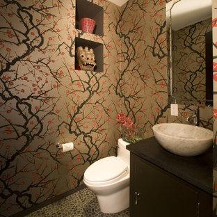 Stilmix Badezimmer mit Aufsatzwaschbecken, bunten Wänden und Kiesel-Bodenfliesen in Washington, D.C.
