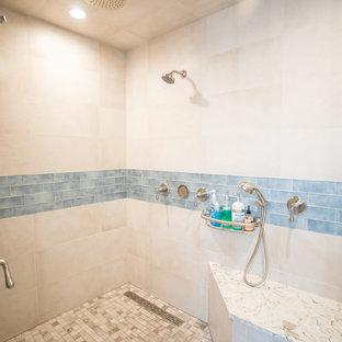 Diseño de cuarto de baño principal, retro, de tamaño medio, con armarios con paneles empotrados, puertas de armario marrones, ducha empotrada, baldosas y/o azulejos beige, baldosas y/o azulejos de porcelana, paredes azules, suelo de baldosas de porcelana, lavabo bajoencimera, encimera de mármol, suelo gris, ducha abierta y encimeras beige