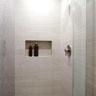 Aménagement d'une douche en alcôve principale contemporaine de taille moyenne avec un placard à porte plane, des portes de placard en bois sombre, un WC à poser, un carrelage beige, des carreaux de porcelaine, un mur blanc, un sol en carrelage imitation parquet, un lavabo encastré, un plan de toilette en quartz modifié, un sol beige, une cabine de douche à porte battante, un plan de toilette blanc, une niche, meuble simple vasque et meuble-lavabo encastré.