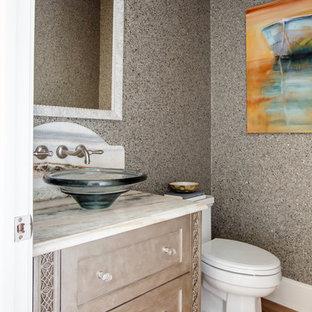 Diseño de cuarto de baño marinero, pequeño, con armarios estilo shaker, puertas de armario grises, lavabo sobreencimera, encimera de ónix, paredes azules y suelo de madera en tonos medios