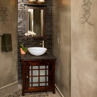Idee per una piccola stanza da bagno etnica con ante di vetro, ante in legno scuro, top in quarzo composito, piastrelle marroni, lastra di pietra, pareti beige, pavimento con piastrelle di ciottoli e lavabo a bacinella