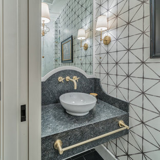 Imagen de cuarto de baño ecléctico, de tamaño medio, con bidé, baldosas y/o azulejos blancas y negros, paredes blancas, suelo de piedra caliza, lavabo sobreencimera, encimera de piedra caliza, suelo negro, armarios abiertos y encimeras negras
