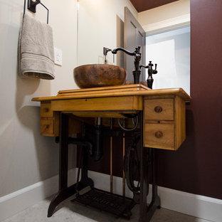 Foto di una piccola stanza da bagno tradizionale con lavabo a bacinella, consolle stile comò, ante in legno chiaro, top in legno, WC a due pezzi, piastrelle beige, piastrelle in pietra, pareti rosse e pavimento in pietra calcarea