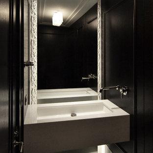 シカゴの小さいコンテンポラリースタイルのおしゃれな浴室 (壁付け型シンク、黒い壁、大理石の洗面台) の写真