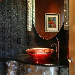 Idées déco pour une salle de bain contemporaine avec un carrelage noir et blanc, des carreaux de céramique, un lavabo intégré et un plan de toilette en onyx.