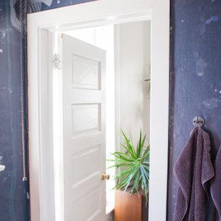 Modelo de cuarto de baño papel pintado, rústico, pequeño, papel pintado, con paredes azules y papel pintado