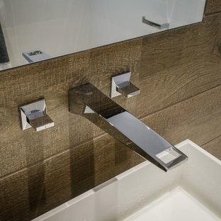 Imagen de cuarto de baño con ducha, minimalista, pequeño, con lavabo integrado, puertas de armario blancas, encimera de acrílico, bañera exenta, ducha a ras de suelo y sanitario de pared