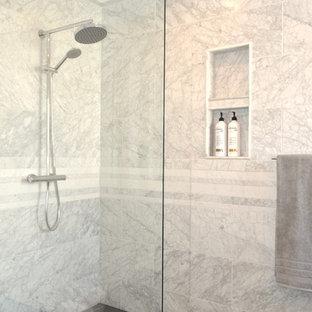 Idéer för små funkis en-suite badrum, med släta luckor, grå skåp, våtrum, en toalettstol med hel cisternkåpa, beige kakel, porslinskakel, vita väggar, klinkergolv i porslin, ett integrerad handfat, bänkskiva i kvartsit och med dusch som är öppen