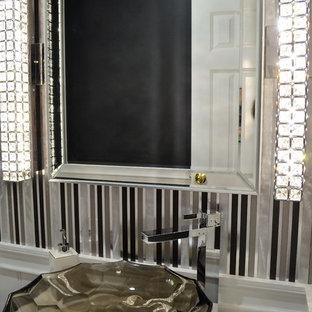 ニューヨークの小さいエクレクティックスタイルのおしゃれなバスルーム (浴槽なし) (シェーカースタイル扉のキャビネット、黒いキャビネット、分離型トイレ、グレーのタイル、メタルタイル、グレーの壁、磁器タイルの床、ベッセル式洗面器、珪岩の洗面台、茶色い床) の写真