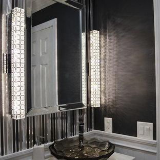 Esempio di una piccola stanza da bagno con doccia eclettica con ante in stile shaker, ante nere, WC a due pezzi, piastrelle grigie, piastrelle in metallo, pareti grigie, pavimento in gres porcellanato, lavabo a bacinella, top in quarzite e pavimento marrone