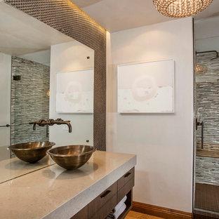 Idéer för ett mellanstort modernt badrum, med släta luckor, brun kakel, kakel i metall, grå väggar, kalkstensgolv, ett fristående handfat, bänkskiva i kvarts, en dusch i en alkov och skåp i mellenmörkt trä