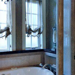 Idee per una grande stanza da bagno padronale chic con lavabo da incasso, consolle stile comò, ante verdi, top in marmo, vasca idromassaggio, doccia alcova, WC a due pezzi, piastrelle marroni, piastrelle in pietra, pareti beige e pavimento in marmo