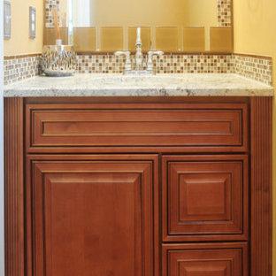 Inspiration för ett litet vintage badrum, med luckor med upphöjd panel och skåp i mörkt trä
