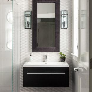 ボストンの中サイズのコンテンポラリースタイルのおしゃれな浴室 (一体型シンク、フラットパネル扉のキャビネット、濃色木目調キャビネット、珪岩の洗面台、白いタイル、モザイクタイル、白い壁、濃色無垢フローリング) の写真