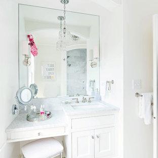 Idéer för ett litet klassiskt badrum, med ett undermonterad handfat, luckor med infälld panel, vita skåp, marmorbänkskiva, vit kakel, stenkakel, vita väggar och marmorgolv