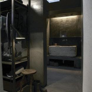 Ejemplo de cuarto de baño principal, minimalista, grande, con lavabo de seno grande, armarios abiertos, puertas de armario grises, encimera de cemento, ducha abierta, sanitario de pared, baldosas y/o azulejos grises, baldosas y/o azulejos de cemento, paredes grises y suelo de cemento