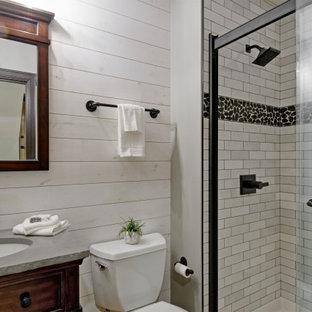 Rustik inredning av ett litet grå grått badrum med dusch, med möbel-liknande, skåp i mellenmörkt trä, en dusch i en alkov, grå kakel, tunnelbanekakel, vita väggar, bambugolv, ett undermonterad handfat, bänkskiva i kvartsit, beiget golv och dusch med skjutdörr