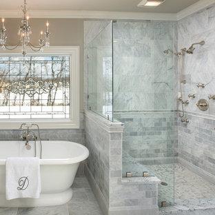 На фото: ванная комната в классическом стиле с душем в нише, белой плиткой, серыми стенами, отдельно стоящей ванной, мраморной плиткой и сиденьем для душа с