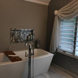Diseño de cuarto de baño principal, ecléctico, extra grande, con bañera exenta, baldosas y/o azulejos grises, baldosas y/o azulejos de mármol, paredes grises, suelo de baldosas de porcelana, lavabo con pedestal, suelo gris y ducha con puerta con bisagras