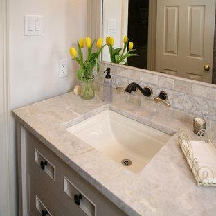 Mittelgroßes Klassisches Duschbad mit verzierten Schränken, weißen Schränken, Wandtoilette mit Spülkasten, beiger Wandfarbe, Sperrholzboden, Unterbauwaschbecken und Marmor-Waschbecken/Waschtisch in Philadelphia
