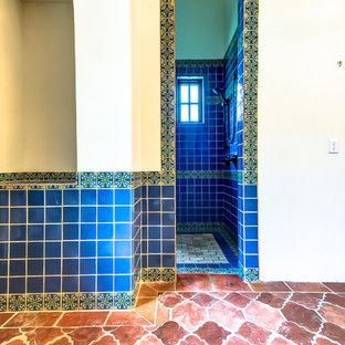 Inredning av ett rustikt mellanstort en-suite badrum, med ett fristående handfat, ett fristående badkar, en dubbeldusch, grön kakel, perrakottakakel, beige väggar och klinkergolv i terrakotta
