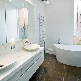 Aménagement d'une salle de bain contemporaine avec une baignoire indépendante et une vasque.