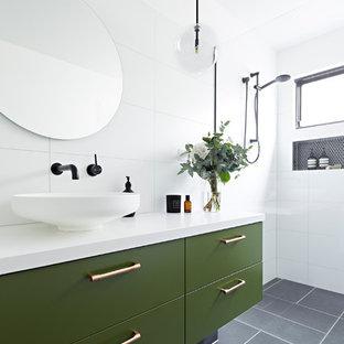 Mittelgroßes Modernes Duschbad mit grünen Schränken, weißen Fliesen, weißer Wandfarbe, Aufsatzwaschbecken, grauem Boden, offener Dusche, weißer Waschtischplatte, offener Dusche, verzierten Schränken, Porzellanfliesen und Quarzwerkstein-Waschtisch in Melbourne