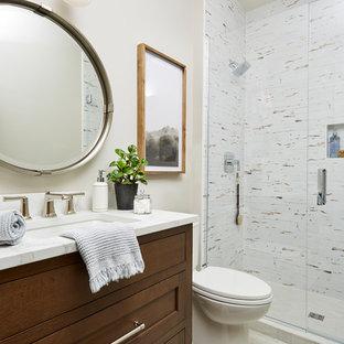 Mittelgroßes Klassisches Duschbad mit Wandtoilette mit Spülkasten, Porzellanfliesen, beiger Wandfarbe, Porzellan-Bodenfliesen, Unterbauwaschbecken, Quarzwerkstein-Waschtisch, Falttür-Duschabtrennung, weißer Waschtischplatte, verzierten Schränken, dunklen Holzschränken, Duschnische, farbigen Fliesen und beigem Boden in Minneapolis