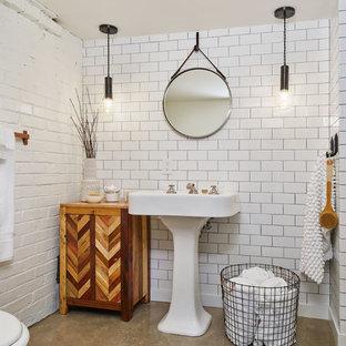 Diseño de cuarto de baño con ducha, bohemio, de tamaño medio, con baldosas y/o azulejos blancos, suelo de cemento, lavabo con pedestal, suelo gris, paredes blancas y baldosas y/o azulejos de cemento