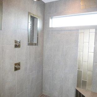 Immagine di una grande stanza da bagno padronale design con lavabo sottopiano, ante con bugna sagomata, ante in legno bruno, top in granito, vasca da incasso, doccia alcova, WC a due pezzi, piastrelle grigie, lastra di vetro, pareti grigie e pavimento in gres porcellanato