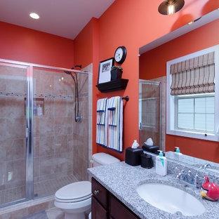 Modelo de cuarto de baño infantil, pequeño, con armarios estilo shaker, puertas de armario de madera en tonos medios, ducha abierta, sanitario de dos piezas, baldosas y/o azulejos de cerámica, parades naranjas, suelo de baldosas de cerámica, lavabo bajoencimera y encimera de granito