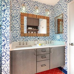 Ispirazione per una stanza da bagno per bambini eclettica di medie dimensioni con ante grigie, pareti multicolore, pavimento con piastrelle in ceramica, top bianco, ante lisce, lavabo sottopiano e pavimento rosso