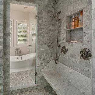 Idee per una stanza da bagno padronale stile marino di medie dimensioni con vasca freestanding, zona vasca/doccia separata, pareti grigie, pavimento in marmo, lavabo sottopiano, ante con riquadro incassato, ante grigie e top in marmo