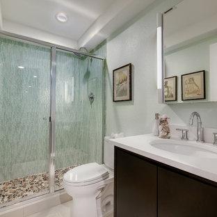 Idee per una stanza da bagno con doccia minimal di medie dimensioni con lavabo sottopiano, ante lisce, ante in legno bruno, doccia alcova, WC a due pezzi, piastrelle verdi, piastrelle a listelli, top in quarzo composito, pareti verdi e pavimento con piastrelle di ciottoli