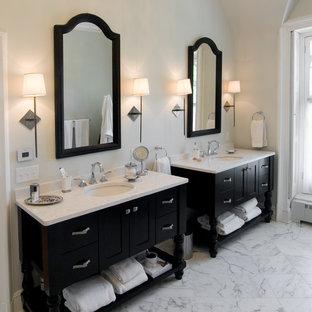 Esempio di una stanza da bagno padronale vittoriana di medie dimensioni con lavabo sottopiano, ante con riquadro incassato, ante nere, top in marmo e pavimento in marmo