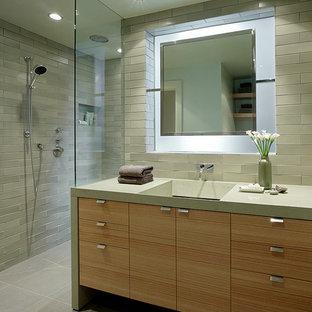 Ispirazione per una stanza da bagno contemporanea con lavabo rettangolare, ante lisce, doccia aperta, piastrelle grigie, ante in legno chiaro, doccia aperta e top grigio