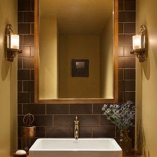 Неиссякаемый источник вдохновения для домашнего уюта: ванная комната в стиле рустика с фасадами цвета дерева среднего тона, коричневой плиткой, керамической плиткой, желтыми стенами, пробковым полом, настольной раковиной и столешницей из дерева