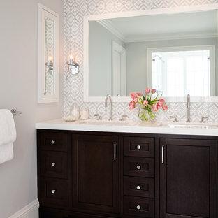 Modelo de cuarto de baño clásico renovado con puertas de armario de madera en tonos medios, baldosas y/o azulejos blancos, baldosas y/o azulejos de piedra, paredes grises, suelo de mármol y armarios estilo shaker